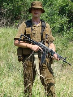 A SADF man in browns. My hero Wayne, wears these when he goes off to do his military stint. Military Gear, Military Police, Military History, Union Of South Africa, Army Day, Vietnam War Photos, Defence Force, Military Pictures, Troops