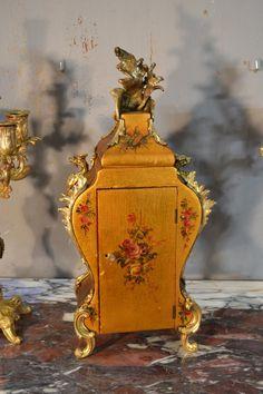 Garniture De Cheminée en vernis Martin - garnitures de cheminées French Clock, Objet D'art, Decoration, Display, Painting, Gold Background, Antique Shops, Pendulum Clock, Polish