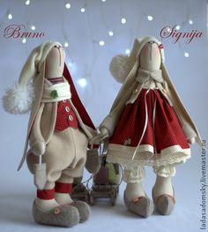 Зайка Signija -   ` Зимнее настроение` (39 см). Зайка Signija (Сигния) -  вторая зайка из коллекции ' Зимнее настроение'.  Теплая цветовая гамма : кирпично-красный, бежевый, сливочный + мелкий горошек, теплые башмачки и  саночки   ...   ............................................................................. Christmas Sewing, Diy Christmas Ornaments, Handmade Christmas, Tilda Toy, Baby Friends, Fabric Animals, Rabbit Toys, Cat Doll, Fabric Dolls