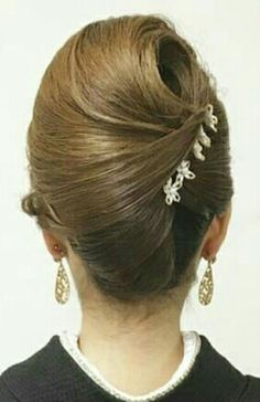 Want to learn how to do your hair or your daughter's hair in a French twist? Up Hairdos, Elegant Hairstyles, Headband Hairstyles, Messy Hairstyles, Hair Updo, Popular Hairstyles, Easy Updos For Medium Hair, Medium Hair Styles, Long Hair Styles