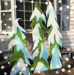 Christmas Decorating for an Elegant Look Grinch Party, Le Grinch, Grinch Christmas Party, Christmas Yard Art, Office Christmas, Christmas Wood, Christmas Projects, Grinch Yard Decorations, Outdoor Christmas Decorations