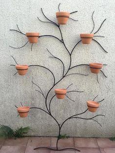 Artesania: Árvore e suporte de ferro com vasos - selber machen - Garden Yard Ideas, Easy Garden, Garden Crafts, Garden Projects, Garden Art, Garden Wall Designs, House Plants Decor, Plant Decor, Decoration Plante