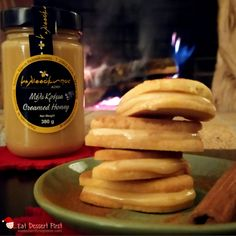 In our new sweet, Christmas article we get inspired by Argentinian alfajores cookies, learn about their history and variations and make our own Christmas sandwich cookies with creamed honey. Cinnamon Syrup, Honey And Cinnamon, Christmas Treats, Christmas Cookies, Christmas Sandwiches, Peruvian Desserts, Shortbread Biscuits, Creamed Honey, Buttery Cookies