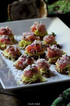 Tostones au rougail mangue et tartare de thon coco/basilic Pasta Salad, Potato Salad, Potatoes, Ethnic Recipes, Food, Tuna Tartar, Creole Cuisine, Basil, Recipes