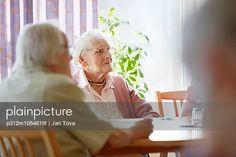 p312m1054619f, 55-60 Jahre, Ältere Frau, Fenster, Glücklich, Nordeuropa, Sakrament, Überlegen, Zusammenhalt