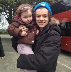 this little girl came running up to Harry and he scooped her up in his arms! Harry and children. A big weakness of mine. Any of them and kids. Mostly Harry and Niall. Harry Styles Baby, Harry Styles Pictures, One Direction Pictures, Harry Edward Styles, 1d Imagines, One Direction Imagines, Harry And Lux, Babe, Harry 1d