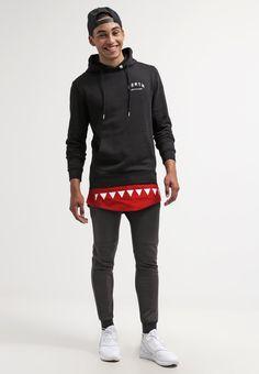 Kapuzenpullover im Lagenlook - Stylischer schwarzer Kapuzenpullover von DRMTM. Dieser Pullover zieht mit seiner coolen Lagenoptik alle Blicke auf sich. - ab 84,95€