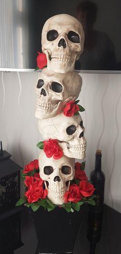 Quick Halloween Crafts, Dollar Tree Halloween Decor, Homemade Halloween Decorations, Halloween Mantel, Spooky Decor, Halloween Skeletons, Outdoor Halloween, Diy Halloween Costumes, Diy Halloween Decorations