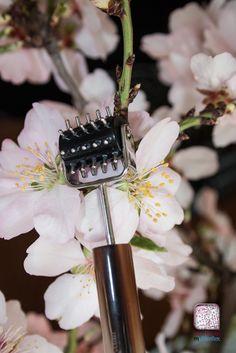 Le rouleau yin de l'outil multireflex nº206 permet de faire resurgir les liquides et ainsi combler les micro-rides du contour des yeux.