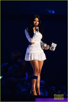 Nicki Minaj Switches Up Oufits While Hosting MTV EMAs 2014