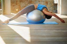 Vous avez acheté un superbe ballon de pilates, sauf que vous ne savez pas vous en servir. Maximilien Ferraris, professeur de pilates à L'Usine, nous donne sept mouvements simples et efficaces pour muscler son corps en entier.