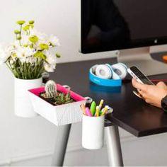 Vous travaillez à la maison ou vous avez la chance d'avoir un petit coin bureau ? Il est tant d'y mettre de l'ordre car qui dit désordre dit inefficacité ! Voilà deux trois idées pour un bureau tout en style :#2016 #design #decoration #moderne #exterieur #interieur #plantes #inspiration #moodboard #coconning #rose #organisation #bureau