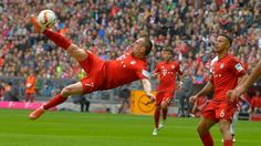 Da hebt er ab: Franck Ribery trifft spektakulär zum Bayern-Sieg über Frankfurt.