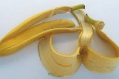 Very few of us know how banana peels can be used to solve small everyday problems. Now you can discover ways to make banana peels useful. Making teeth several shades whiter A simple and easy trick to Benefits Of Eating Bananas, Banana Benefits, Natural Wart Remedies, Home Remedies, Herbal Remedies, Banana Peel Uses, Banana Peels, Stories That Will Make You Cry, Peau D'orange