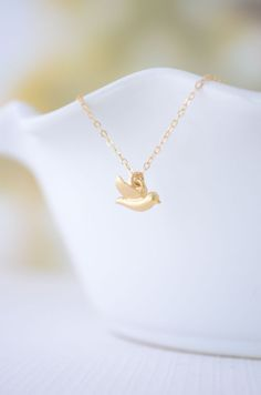 Tiny Gold Bird Necklace y Olive Yew. Click here to purchase https://www.etsy.com/shop/OliveYewJewels