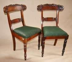 2 krzesła Wilhelm IV lity mahoń do renowacji Anglia ok.1830r  oryginalne krzesła z epoki króla Wilhelma IV. Meble zaprojektowane i wykonane w Anglii w pierwszej połowie XIXw. Konstrukcja drewniana z litego mahoniu . Unikalny, piękny projekt. Górny ramiak oparcia masywny, łukowato wygięty zwieńczony niezwykle oryginalnym rzeźbionym motywem kwiatowym. W części środkowej dodatkowo oparcie spięte dekoracyjną listwą . Nogi przednie karbowany, nogi tylne łukowo wygięte. Siedzisko wyjmowane .