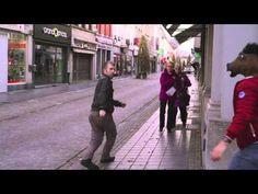 Rabid horse attacking people in the street. Paard valt mensen aan prank