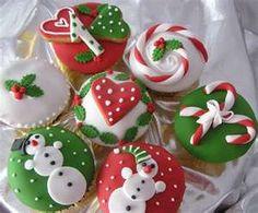 It's Christmas time again and time for christmas cupcakes! I've made some X'mas cupcakes using fondant and buttercream. Christmas Sweets, Christmas Cooking, Noel Christmas, Christmas Goodies, Christmas Ideas, Elegant Christmas, Christmas Wedding, Beautiful Christmas, Green Christmas
