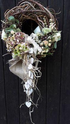 Zapletený s dřevěnými srdíčky / Zboží prodejce přírodní dekorace Wreath Crafts, Diy Wreath, Flower Crafts, Easter Wreaths, Christmas Wreaths, Christmas Decorations, Wreaths For Front Door, Door Wreaths, Wedding Wreaths
