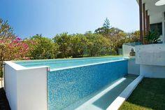 petite piscine hors sol, carrelage bleu mosaique