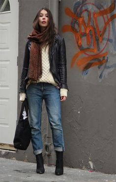 Boyfriend jeans on steroids. I love how laid back this outfit looks; offering ease while still structured, I also love the layering and I love how each article of clothing flows as if the outfit is all one piece. Outfit Jeans, Boyfriend Jeans Outfit, Jeans Outfit Winter, Casual Winter Outfits, Fall Outfits, Chunky Sweater Outfit, Black Boyfriend Jeans, Boyfriend Style, Preppy Outfits
