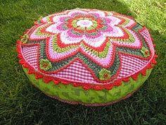 De creatieve wereld van Terray Crochet Pouf, Crochet Cushions, Love Crochet, Beautiful Crochet, Knitted Afghans, Knitted Blankets, Crochet Cushion Cover, Crochet Circles, Crochet Pillow