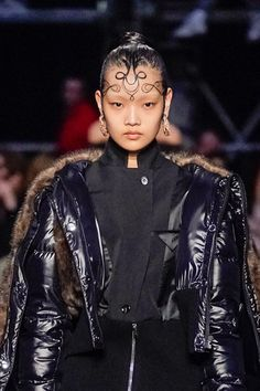 Guido Palau¡¯s Intricate Gelled Hair Stole the Show at Burberry - Vogue Makeup Brands, Best Makeup Products, Crimson Hair, Beauty Formulas, Beauty Makeup, Hair Beauty, Runway Hair, Editorial Hair, Youth Culture