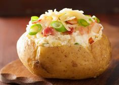Easy to make Microwave Baked Potatoes - Cooking Time 24 Quick Baked Potato, Baked Potato Microwave, Cooking Baked Potatoes, Crock Pot Baked Potatoes, Baked Potato Bar, Microwave Baking, Perfect Baked Potato, Baked Potato Recipes, Twice Baked Potatoes