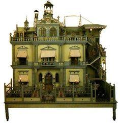 Esta casa fue encontrada en 1977 en Puebla (México), en una tienda de antigüedades, en la actualidad la podemos ver en el Washington Dolls'...