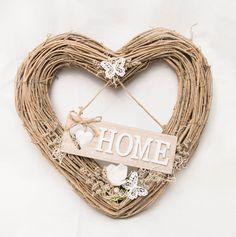 """Traumhaft schönes Herz aus Reisig, verziert mit einem Schild aus Holz mit der Aufschrift """"Home"""" in weiss, garniert mit einer langlebigen, stabilisierten weissen Rose, Moos, getrockneten Blumen, sowie zwei weissen Schmetterlingen aus Holz. Grösse: 40 cm. Eine wunderschöne Tür-, Fenster- oder Wanddekoration, auch ein tolles Geschenk."""