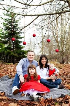 2014 Christmas Family Photo Shoot Idea With Floating Ornaments