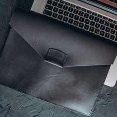 Чехол из натуральной кожи для MacBook - это не только безопасность Вашего ноутбука, но и эксклюзивная статусная вещь.⠀Кожа убережёт гаджет от попадания Leather Bags Handmade, Handmade Bags, Small Leather Bag, Macbook, Wallet, Handmade Handbags, Mac Book, Purses, Diy Wallet