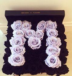 Roses in a box are the new gift that all women .- Las rosas en cajita son el nuevo regalo que todas las mujeres deseamos recibir Roses in box. Bouquets of flowers in box. lilac and dark roses in box - Luxury Flowers, My Flower, Pretty Flowers, Beautiful Flower Arrangements, Floral Arrangements, Box Roses, Flower Boxes, Beautiful Roses, Bouquets
