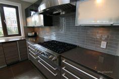 Modern style kitchen with a backsplash featuring a vitreous ceramic tile. Kitchen Backsplash, Kitchen Cabinets, Kitchen Appliances, Kitchens, Black Cabinets, Cuisines Design, Kitchen Styling, Decoration, Tile Floor