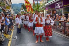 https://flic.kr/p/L9S2E5 | 74ème Festival Folklorique International Danses et Musiques du Monde | N'hésitez pas à consulter notre site internet www.tourisme-amelie.com  Dès le début du 20° siècle et notamment lors des fêtes du Carnaval, un groupe de jeunes gens et de jeunes filles exécutait dans les rues de la ville des danses folkloriques catalanes.  Jean TRESCASES, fondateur des Danseurs catalans d'Amélie les bains en 1935, créa en 1936 un festival folklorique des provinces françaises.  Et…