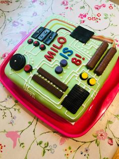 Motherboard / circuit board cake, made for my tech-obsessed nearly 8 year old son. Piping royal icing lines is not my forte! Circuit Board, Baking Ideas, Royal Icing, No Bake Desserts, Cake Ideas, Healthy Snacks, Birthday Parties, Boards, Tech