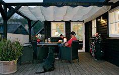 I stedet for at overdække terrassen permanent kan du bygge denne luksuspergola, hvor taget består af sejldug, der kan trækkes for, når solen bliver for stærk eller duggen falder midt i grillfesten.