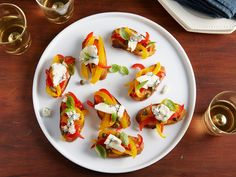 Bruschetta with Peppers and Gorgonzola : Ina tops grilled bread with red and yellow bell pepper strips and creamy Gorgonzola. While sauteing the peppers, add a tiny bit of sugar to bring out intense color and caramelization. Bruchetta, Best Thanksgiving Appetizers, Thanksgiving 2016, Thanksgiving Sides, Food Network Recipes, Cooking Recipes, Bruschetta Recipe, Bruschetta Chicken, Chicken Salad