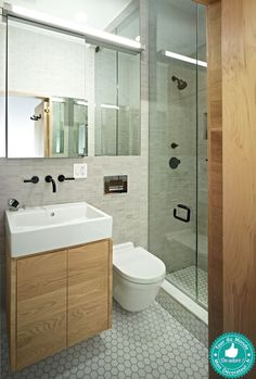 Dans ce 45m², pas de place pour une grande salle de bain. Et pourtant, cette grande douche est bien attirante...  #sallesdebain #francedecoration #designinterieur http://www.delightfull.eu/en/