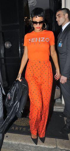 Rihanna Orange Lose, orange Stoffhosen und ein stylishes Retro T-Shirt von Kenzo schwarzes kurzes haar sonnenbrille rote lippen goldene ohrringe heels