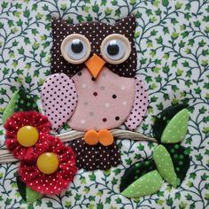 Caixa de mdf, forrada com tecido 100% algodão, trabalhada em patchwork embutido. Forrada internamente com eva. As estampas dos tecidos podem variar.  Diversos modelos de corujinhas.  Para 5 ou mais peças, frete grátis R$ 22,90 Owl Patterns, Applique Patterns, Applique Designs, Quilt Patterns, Owl Applique, Applique Quilts, Owl Quilts, Baby Quilts, Owl Crafts