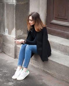 Look de moda: Blazer Negro, Jersey de Cuello Alto Negro, Vaqueros Pitillo Azules, Tenis Blancos
