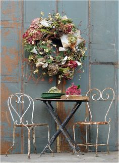 Rustic wreath shabby/vintage details - lovely for autumn Jolie Photo, House And Home Magazine, Grapevine Wreath, Ladder Decor, Flower Arrangements, Shabby Chic, Shabby Vintage, Bloom, Outdoor Decor