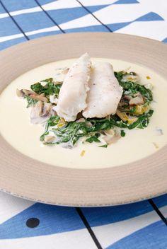 Filet de merlu à la vapeur,  sa sauce à la bretonne et  sa fondue d'épinards