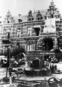 Het Elisabeth gasthuis na de slag . Er waren auto's met explosieven ontploft vlak voor de ingang . Dit veroorzaakte veel schade aan de gevel . Wat nu nog te zien is . Foto is uit 1945