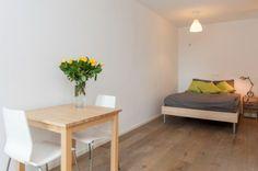 Bright colored bedroom. (Westerdoksdijk 1013 AD Amsterdam | Expat Housing)
