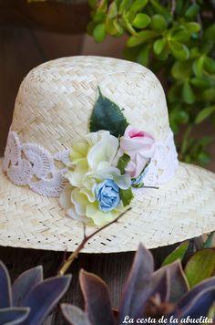 Romántico sombrero adornado con puntilla de ganchillo vintage y flores.  www.lacestadelaabuelita.com 47471e69537