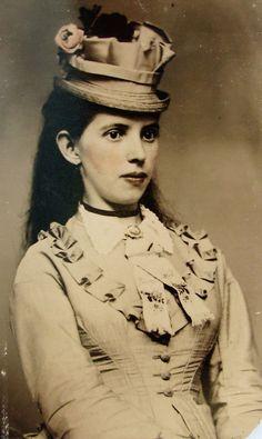 ANTIQUE CIVIL WAR ERA TINTYPE PHOTO BEAUTIFUL YOUNG WOMAN IN FANCY DRESS & HAT