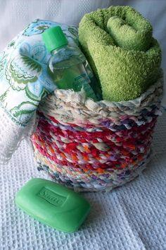 recipiente reciclado decorado con hilo de tela reciclada. Recycled container decorated with recycled fabric thread