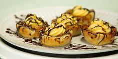 Canadiana in tart form! Nanaimo Butter Tarts Canadiana in tart form! Recipe For Butter Tarts, Canadian Butter Tarts, Tart Recipes, Baking Recipes, Dessert Recipes, Butter Tart Squares, Canadian Food, Canadian Cuisine, Canadian Recipes